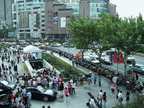 Jianguo Hotel: Looking down on street from Starbucks Terrace