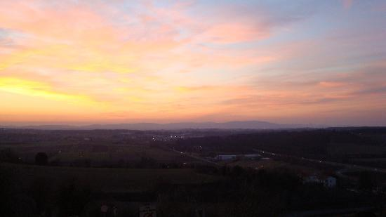 Fun in Tuscany: sunset over tuscan countryside