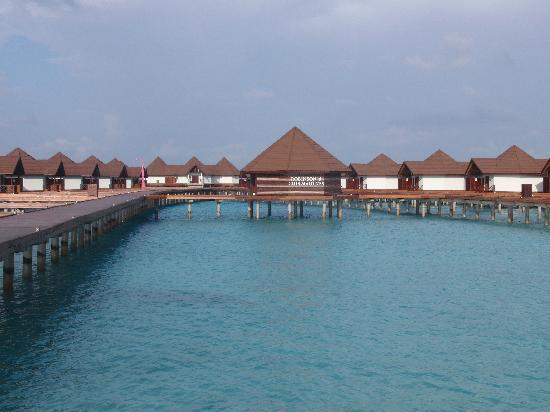 Robinson Club Maldives: Blick auf die Wasserbungelos