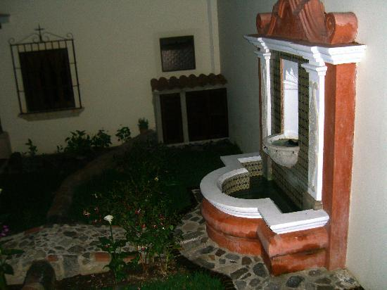 Hotel Posada Placida Antigua: Courtyard fountain of hotel