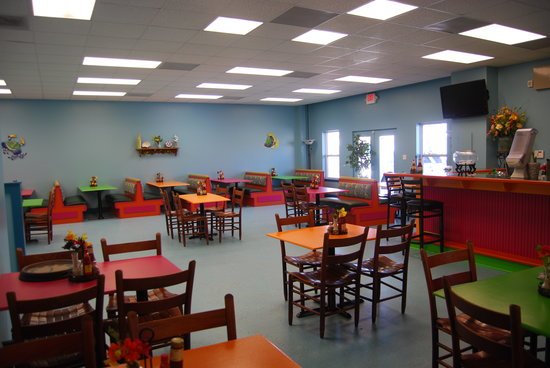 Foody's: Dining Area Bright & Cheerful