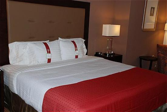 Holiday Inn Hotel Birmingham/Homewood : Get a great nights sleep in our comfortable beds!