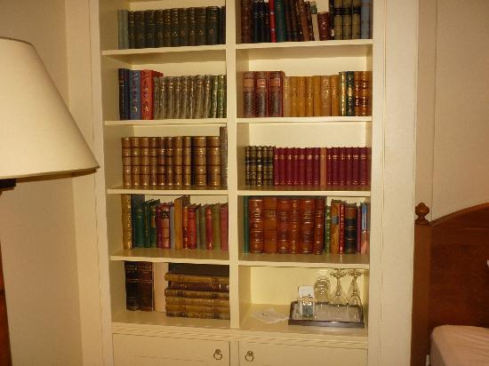 Hotel Kamp: Library