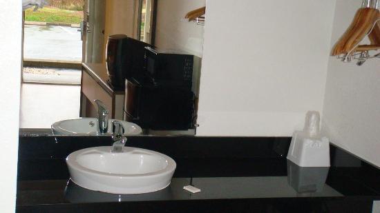 Motel 6 Charlotte Coliseum: Sink Area
