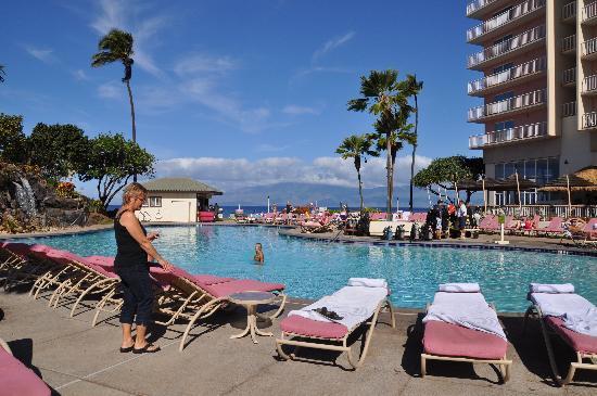 Ka'anapali Beach Club: Pool area looking towards ocean