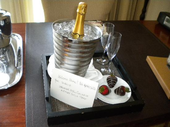 Mokara Hotel and Spa: The complimentary champagne and strawberries