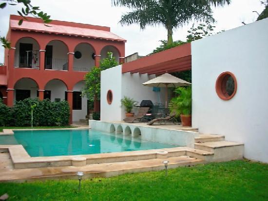 Casa Santiago: Pool & Garden