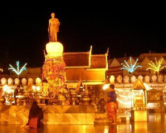 Nakhon Ratchasima, Tayland: Thao Suranaree Monument at night