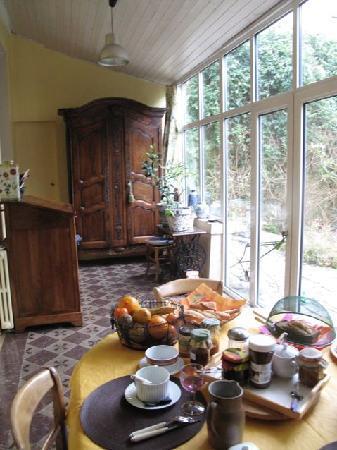 B&B Cosy Corner Bordeaux : 明るい雰囲気の部屋で朝食。