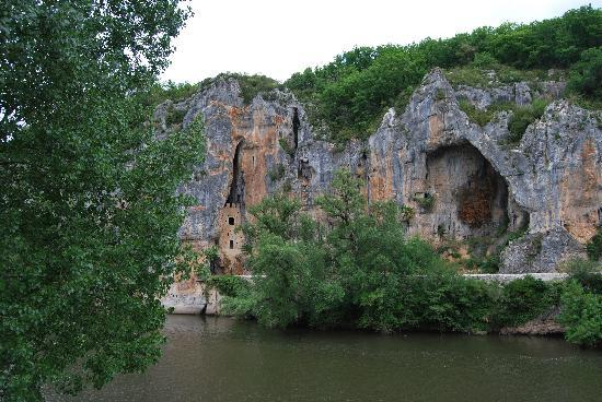 Bouziès, France : Bouzies - cliff dwellings everywhere