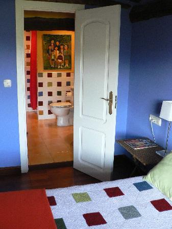 Zumaia, Espanha: another room. Note how the bathroom tiles are the same as the bedcover