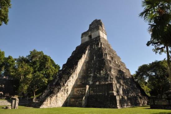 วิหารที่ 1: Tikal, Temple I seen from the main plaza