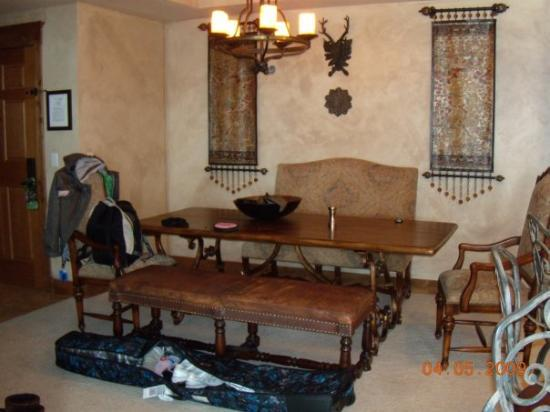 Highmark Steamboat Springs : Picture of our dining room. Yes, that would be my messy bag on the floor over flowing with crap!