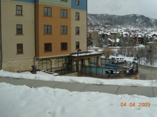 Highmark Steamboat Springs: Our hotel and the outside heated pool and hot tub.