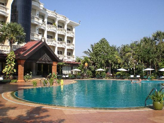Borei Angkor Resort & Spa: rooms overlooking pool