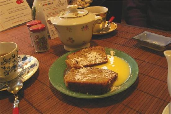 Aux Cerises de Lutece: yummy chestnut cake servd with its homemade creme anglaise ;)