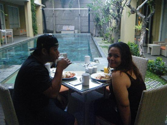 100 Sunset Boutique Hotel : breakfast by the pool