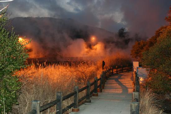 Unzen Jigoku Hell: 夜のライトアップ