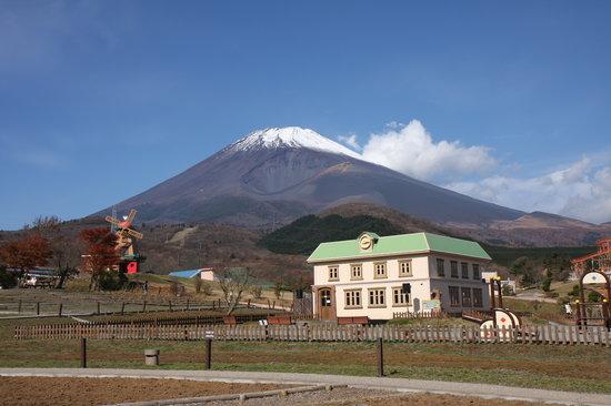 Susono, Japan: 富士山の雄大さとかわいらしいアトラクション