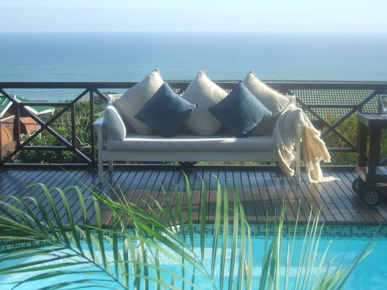 Dolphins Hill Bed & Breakfast: Relax on the pool deck, overlooking the ocean