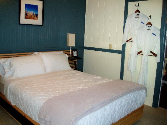 Jensen Beach, Φλόριντα: Our comfy memory foam bed and cozy bathrobes!