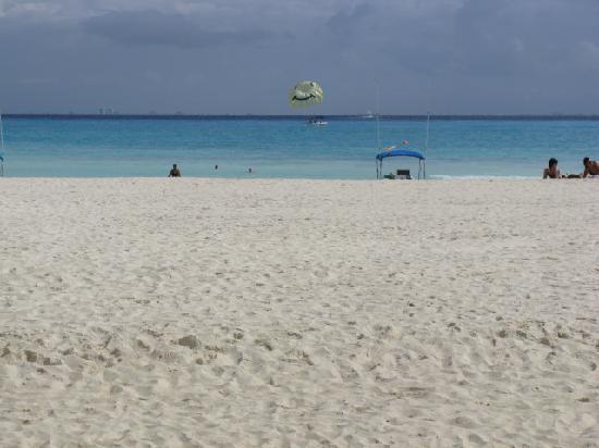 Ocean Plaza: Beach as seen from our condo