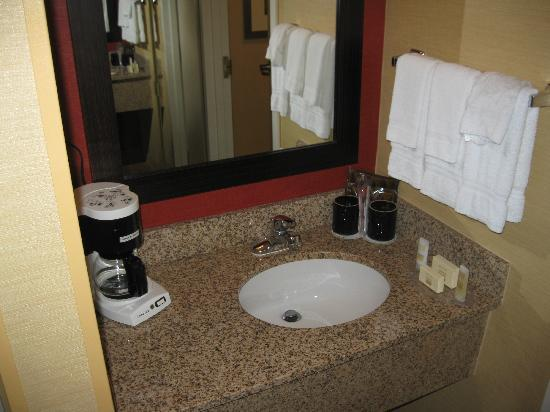 Courtyard By Marriott : Bathroom sink