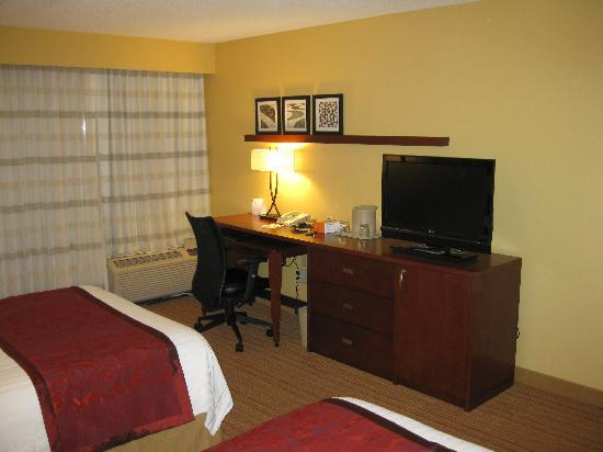 Courtyard By Marriott: Desk and TV