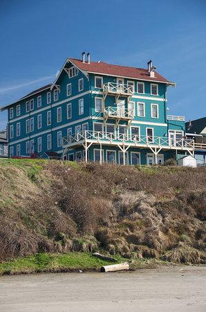 Sylvia Beach Hotel: View from the beach of Sylvia Beach Hotel.
