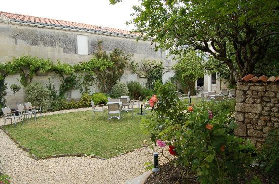 Saintes, França: L'entrée par le jardin