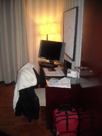 Hotel Zenit Barcelona: Escritorio+TV