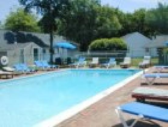 Wainscott Inn: heated pool