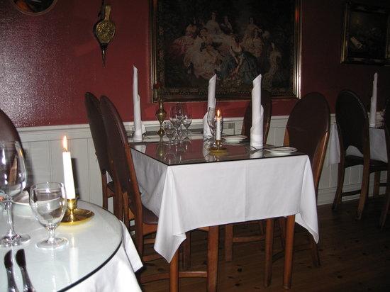 Interior Laekjarbrekka on Valentine's night