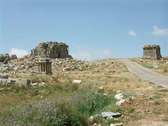 Kfardebian, Libanon: Le Grand Autel Cet autel possède une base carré de 5,30 mètres de côté. Il était