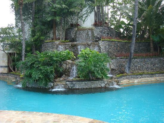 JW Marriott Hotel Surabaya: 水の循環のよくきれいなプール
