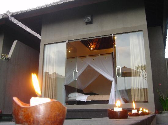 Bali Elephants Villa : candle light on the pool