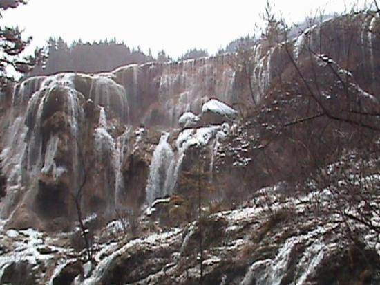 Jiuzhaigou County, Kina: A trail runs the length of the falls