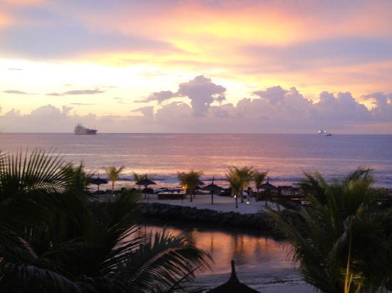 InterContinental Mauritius Resort Balaclava Fort: Beautiful Sunset from Lobby