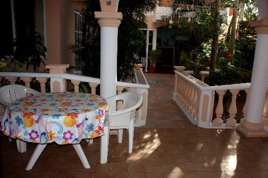 Francis Arlene Hotel: The sitting area in front of the room