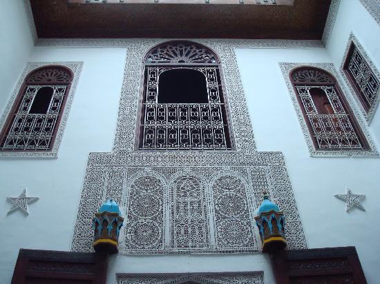 Riad Boujloud: Blick vom Innenhof zu einem Zimmer