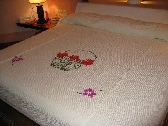 Villa Carolina Hotel: Rose Petal Bedspread