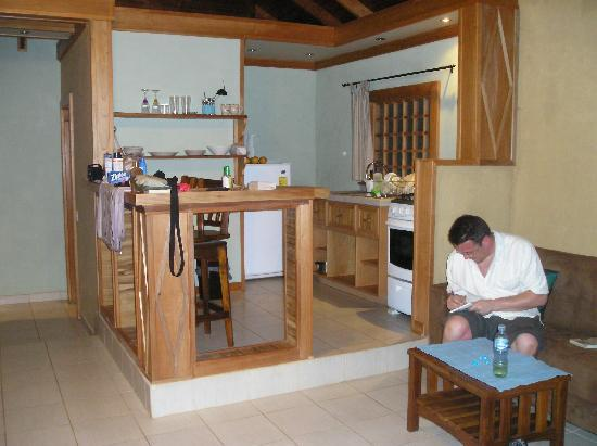 El Nido Cabinas: The lounge & kitchen area