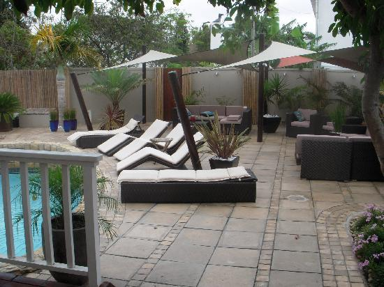 African Breeze Guesthouse Leisure Isle Knysna: Terrace area around pool