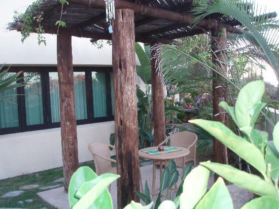 La Alianza: Cozy little breakfast nook  in garden for first floor room