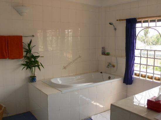 Sala Bai Hotel School: bathroom