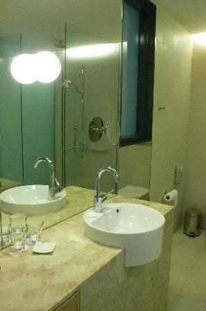 Crowne Plaza Changi Airport: bathroom