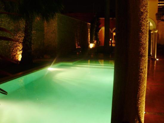 Hotel Hacienda Merida: Vista nocturna piscina