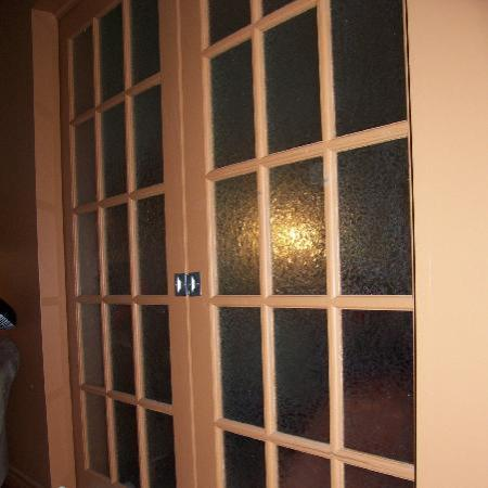 Hotel Le Voyageur: Doors that seperate the rooms inside of your room. Not adjoining rooms with a stranger, they giv