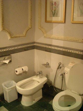 InterContinental Dar Al Tawhid: the bath room