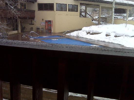 The Ptarmigan Inn: view of pool from small porch